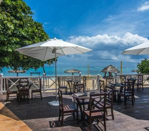 Jewel Dunn's Rivier Beach Resort & Spa - Aquamarina Bar and Grill