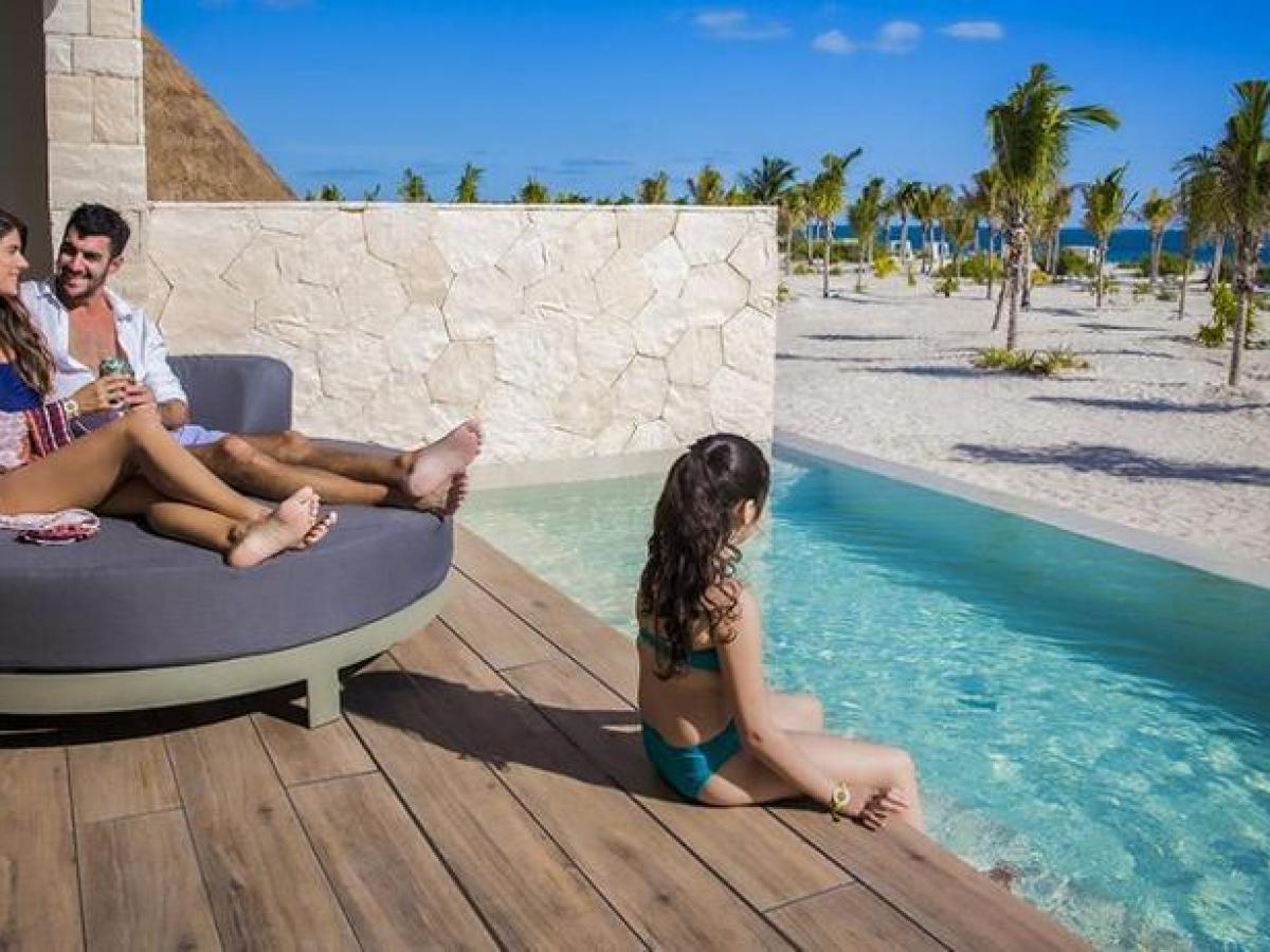 Majestic Elegance Costa MujeresSwim Up Suite