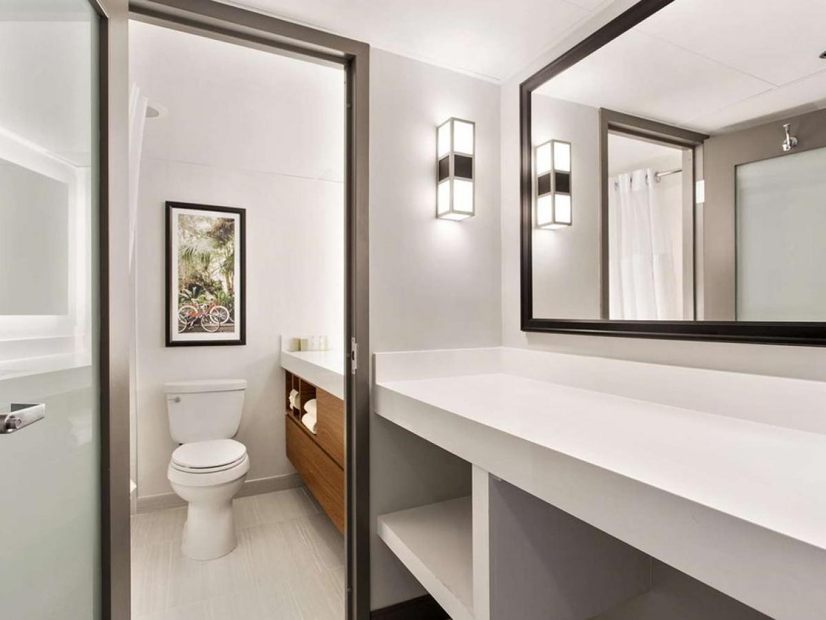 New Orleans DoubleTree  Bathroom